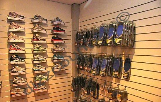 slatwall schoenenpresentatie winkelinrichting