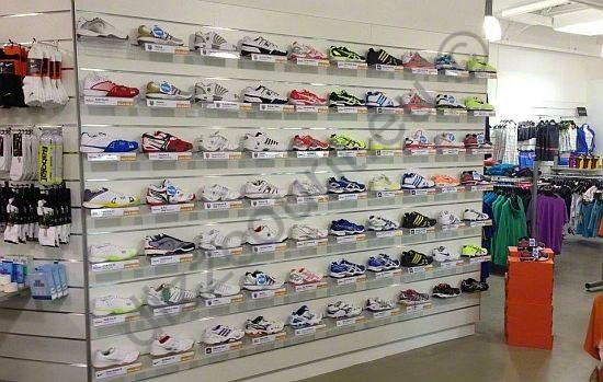 Slatwall schoenschapje schoenpresentatie